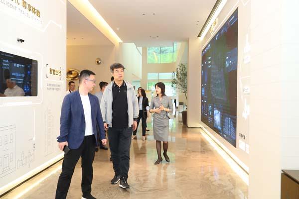 华远地产一行参观金科健康科技城展厅及金科南山项目