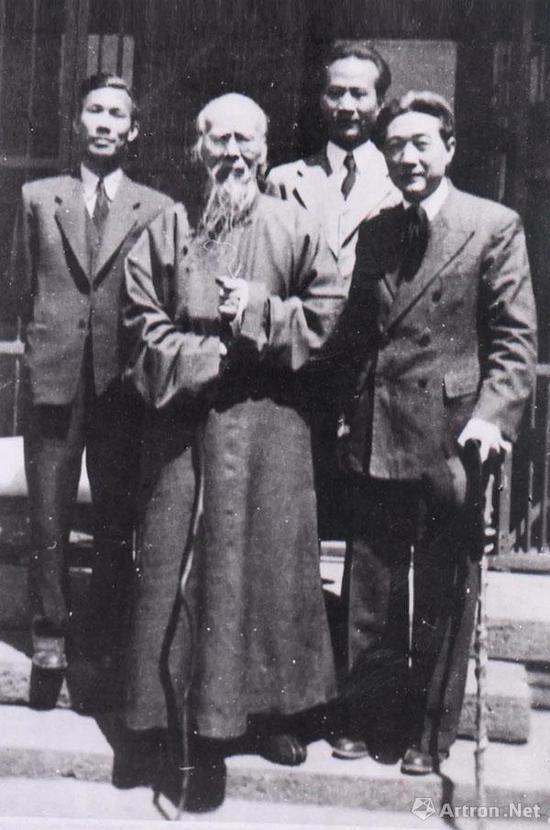 1948年,徐悲鸿与齐白石、吴作人、李桦摄于北京
