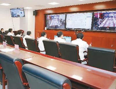 2月9日,解放军总医院和武汉火神山医院开展首次5G网络远程会诊。   孔令占摄(新华社发)