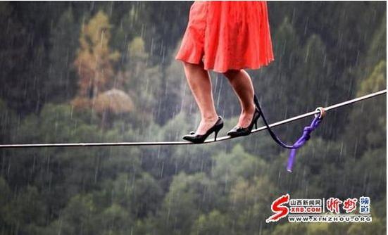 美国女子穿高跟鞋走钢丝