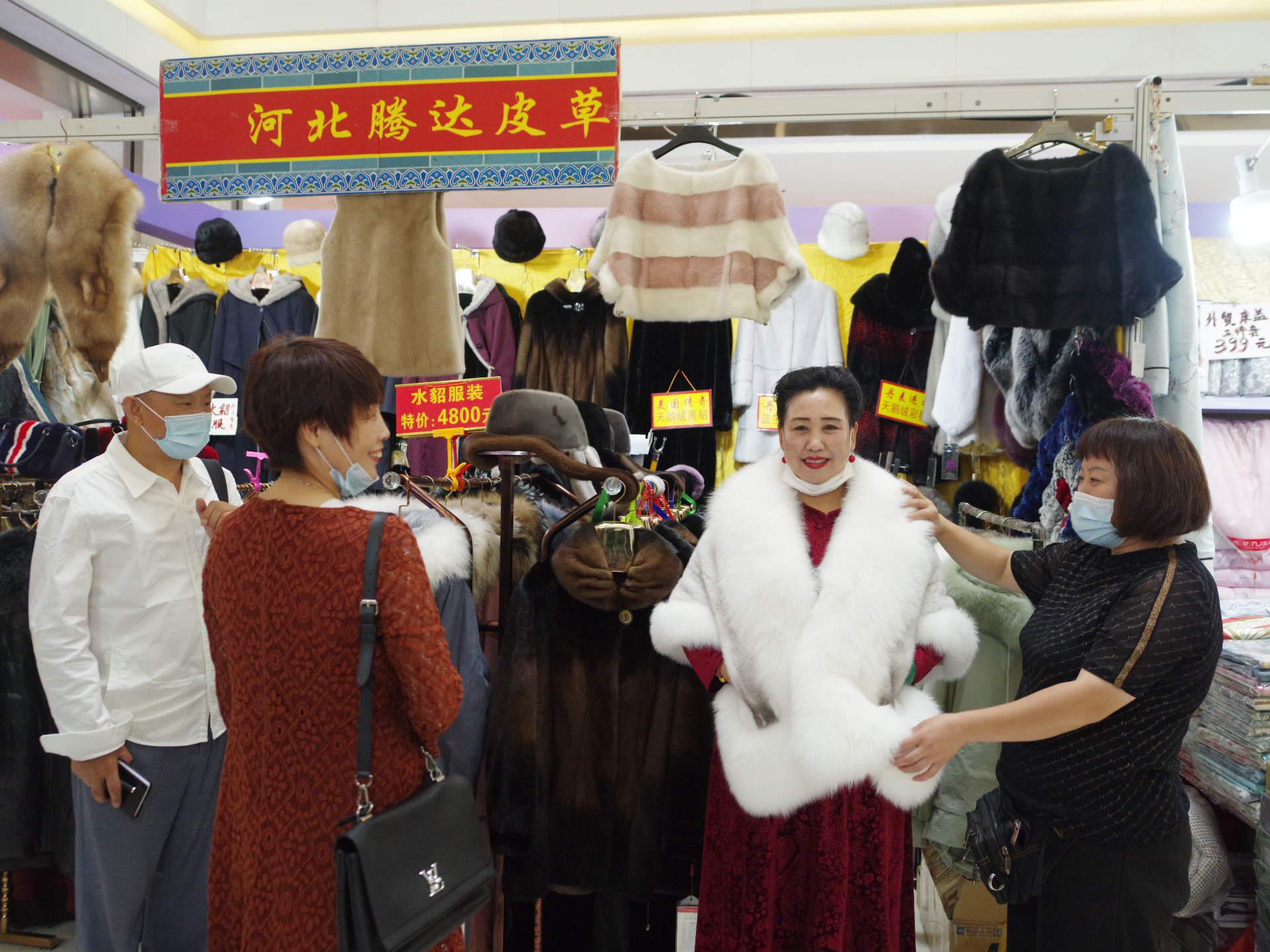 农民丰收节助推产业复工,秋季服装服饰暨绿色食品惠民购物节开幕